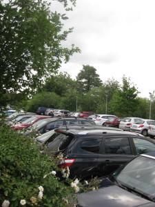 Der morgens um 10.00 Uhr komplett gefüllte normale Parkplatz am Med-Center.