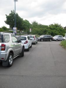 Schon die Zufahrt zum Mitarbeiterparkplatz ist überfüllt.