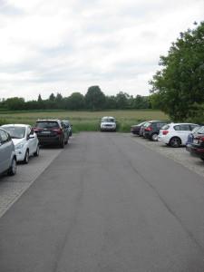 Blick auf den Mitarbeiterparkplatz des Med-Center. Die wenigen freien Plätze sind für Ärzte reserviert, die sich z. B. bei Hausbesuchen befinden.