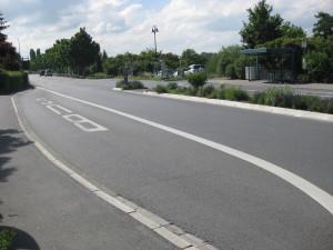 Die Bushaltestelle aus Richtung Reilingen muss neben der Reilinger Straße auch noch überquert werden.