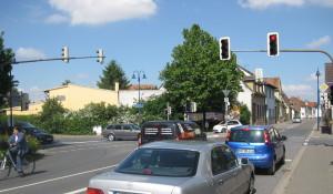 Blick in die gewünschte Hauptfahrrichtung, d. h. wer aus Richtung Reilingen kommt und nicht in die Innenstadt möchte, sollte hier nach links Richtung Aquadrom gelenkt werden.